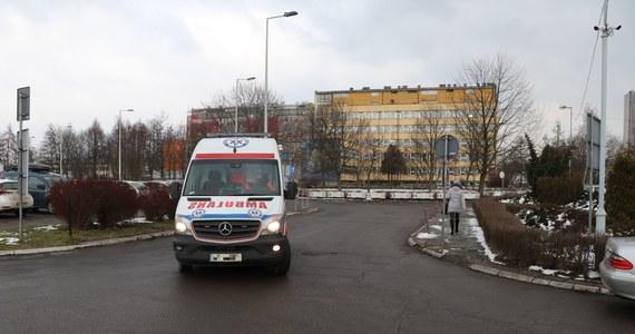Prokuratura Rejonowa w Nysie w Opolskiem wszczęła śledztwo dotyczące śmierci pacjenta, który zmarł w karetce przed tamtejszym SOR-em. Mężczyzna był zakażony koronawirusem.