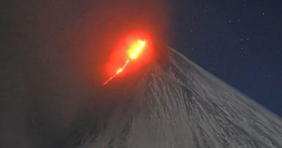 Liczący 7000 lat wulkan Kluczewska Sopka – najbardziej aktywny w Euroazji – po dwóch miesiącach przerwy znowu budzi się do życia. Nad kraterem tego znajdującego się na rosyjskiej Kamczatce wulkanu pojawił się dym, widać też języki gorącej lawy.