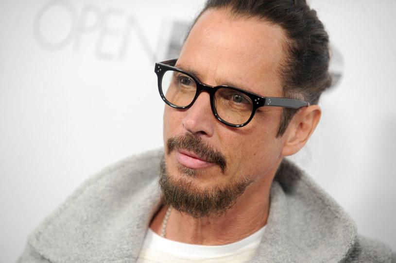 Chris Cornell, ikona muzyki grunge i lider zespołów Soundgarden oraz Audioslave, trzy lata temu powiesił się w hotelowym pokoju, tuż po koncercie. Miał depresję, a przy tym był uzależniony od alkoholu, narkotyków i leków. Jego nastoletnia córka Toni uważa, że tej śmierci dałoby się zapobiec, gdyby otwarcie mówiło się, że uzależnienie to choroba, a nie skutek hulaszczego trybu życia i mankamentów charakteru.