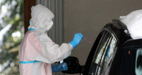 1 143 nowe przypadki koronawirusa potwierdzono w ciągu ostatnich 24 godzin w Małopolsce. To absolutny rekord. Poprzedni, zanotowany zaledwie dzień wcześniej, był niższy o ponad 240 przypadków. Co więcej, w ciągu doby zmarło w regionie 19 chorych na Covid-19.