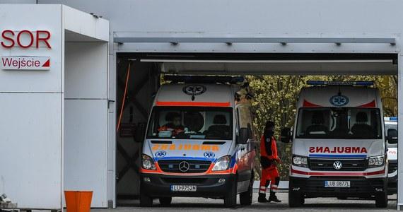 Pogotowie ratunkowe na skraju wytrzymałości. Jak wynika z ustaleń RMF FM, w Warszawie karetki spędzają w kolejkach przed szpitalami nawet 6 godzin. Na ich pokładzie  - pacjenci chorzy na koronawirusa i ratownicy w pełnych strojach ochronnych.