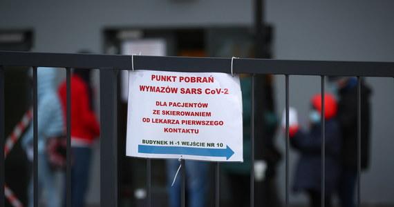 Trzy kolejne małopolskie szpitale - na wzór placówek jednoimiennych - będą zajmowały się pacjentami z Covid-19 - poinformował w środę wojewoda Łukasz Kmita. Jak wyjaśnił, będą one mieściły się w regionach podhalańskim i tarnowskim, a także w zachodniej Małopolsce.