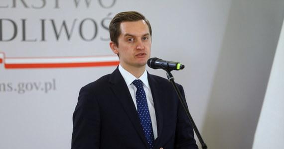 """""""Dziś otrzymałem informację o zakażeniu koronawirusem"""" – poinformował na swoim Twitterze Sebastian Kaleta. Poseł Solidarnej Polski zaapelował o rozwagę i zapewnił, że jak dotąd czuje się dobrze."""
