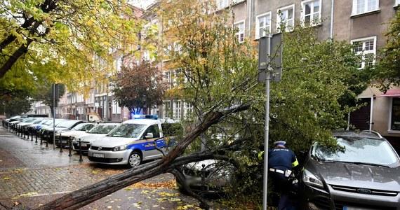 W związku z silnym wiatrem i deszczem w ciągu ostatniej doby pomorscy strażacy interweniowali 459 razy. Wiatr już osłabł, ale w środę wieczorem prądu pozbawionych było około 4,8 tys. osób. Nie odnotowano poważniejszych szkód. Poszkodowana została jedna osoba.
