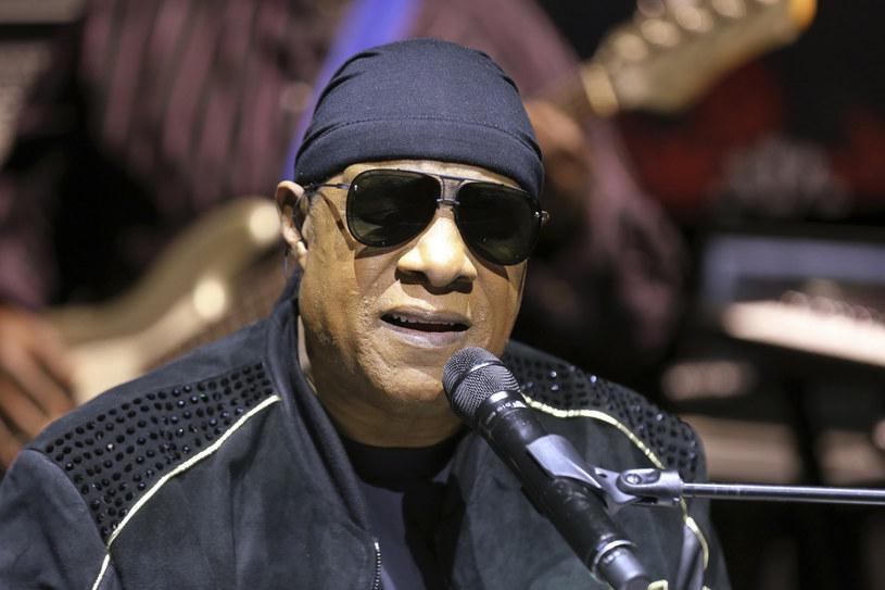 Piosenkarz mówi, że po przeszczepie nerki, który przeszedł pod koniec ubiegłego roku, czuje się doskonale. Przełożyło się też to na jego muzyczną aktywność. Stevie Wonder pochwalił się dwoma nowymi singlami.