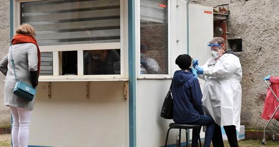 Będą dodatkowe pieniądze za dłuższą pracę punktów, w których pobierane są wymazy do testów na koronawirusa. Jak ustalił reporter RMF FM Mariusz Piekarski, za każdą dodatkową godzinę pracy takiego punktu NFZ zapłaci 80 złotych.