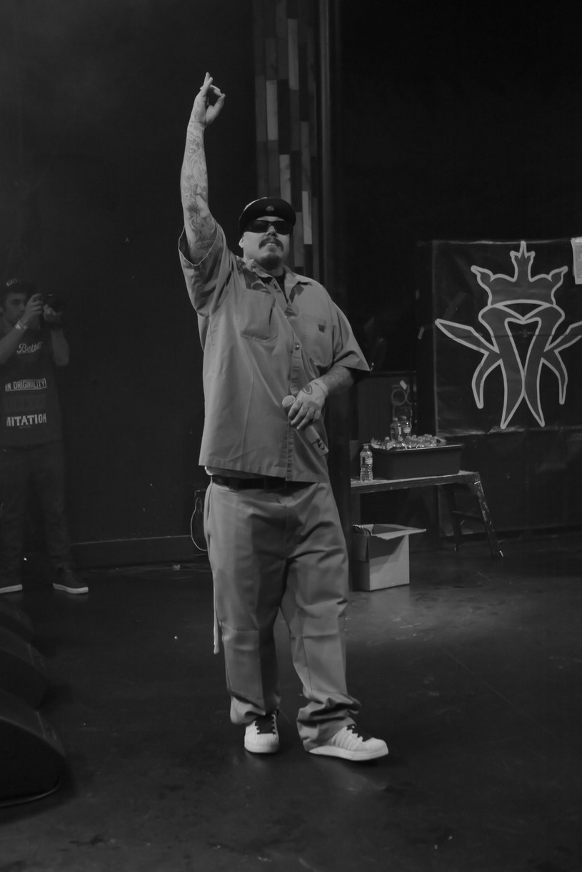 Członek hiphopowego składu Kottonmouth Kings. zmarł 14 października w wieku 44 lat. Nieznana jest przyczyna jego śmierci.