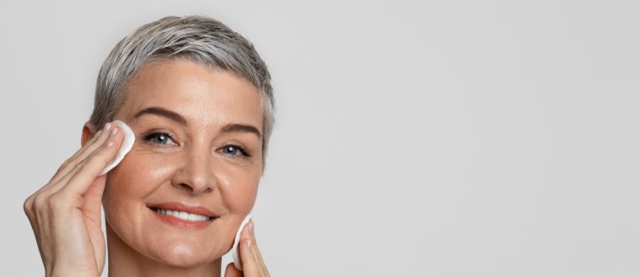 Przekwitanie to naturalny i jednocześnie bardzo ważny etap w życiu każdej kobiety, którego nie da się w żaden sposób uniknąć. Na szczęście istnieją skuteczne sposoby, by zniwelować objawy menopauzy, które mogą być uciążliwe i sprawiać, że to zjawisko staje się trudne do przejścia. Na jakie symptomy zwracać uwagę i przede wszystkim: co zrobić, by stały się nieco mniej dokuczliwe?