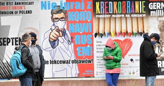W czwartek premier Mateusz Morawiecki poinformował o wprowadzeniu nowych obostrzeń, związanych z walką z pandemią koronawirusa w Polsce. W strefie żółtej to m.in. ograniczenia działowości lokali gastronomicznych i wprowadzenie nauczania hybrydowego w szkołach wyższych i ponadpodstawowych.