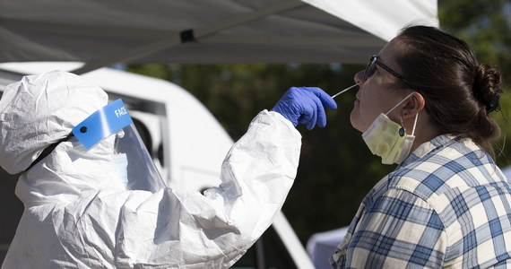 W Stanach Zjednoczonych w ciągu minionej doby stwierdzono 70 334 zakażeń koronawirusem - podał Uniwersytet Johnsa Hopkinsa w Baltimore. Zmarło 1148 kolejnych osób. To najgorszy bilans od lipcowego szczytu pandemii w USA. W sumie od początku pandemii koronawirusem zaraziły się w tym kraju 7 974 502 osoby, a zmarło 217 745 chorych.