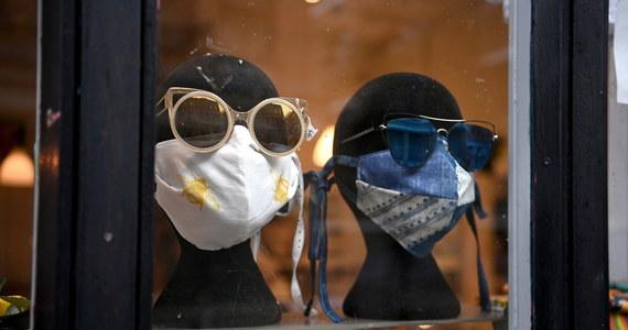 Rząd łagodzi zapowiedziane wczoraj wieczorem ograniczenia w sklepach. Rezygnuje z drakońskiego ograniczenia liczby klientów w super i hipermarketach. Limity dotyczące osób w sklepach w strefach czerwonych zostaną uzależnione - podobnie jak wiosną - od powierzchni - przekazał rzecznik rządu Piotr Müller.