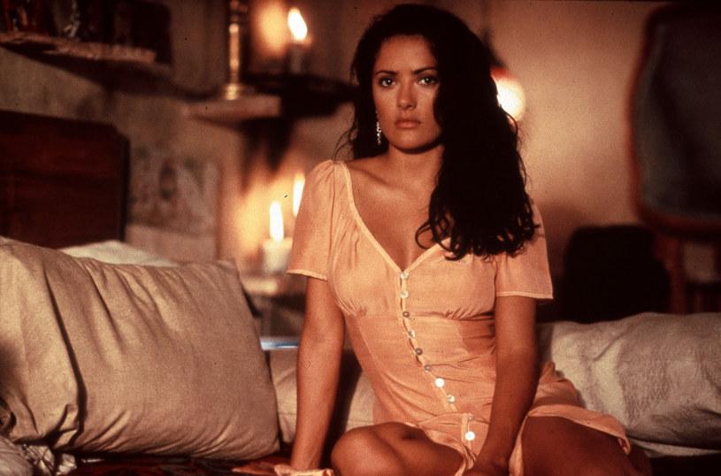 """Salma Hayek w najnowszym wywiadzie wróciła wspomnieniami do początków swojej kariery w Hollywood. Filmem, który otworzył jej drzwi do Fabryki Snów, był kinowy hit """"Desperado"""" z 1995 roku, w którym partnerowała na ekranie Antonio Banderasowi. Aby otrzymać wymarzony angaż, aktorka musiała pokonać niemałą konkurencję. Dla szefów wytwórni, która realizowała ten film, faworytką do roli Caroliny, rodowitej Meksykanki, była bowiem Cameron Diaz."""