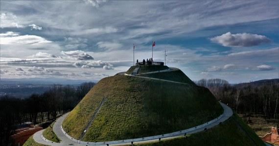 16 października 200 lat temu na wzgórzu bł. Bronisławy w Krakowie rozpoczęła się budowa symbolicznej mogiły w hołdzie Tadeuszowi Kościuszce, nazwana Kopcem Kościuszki. Prace zakończyły się po trzech latach. Dziś kopiec jest jednym z symboli miasta, chętnie odwiedzanym przez turystów.
