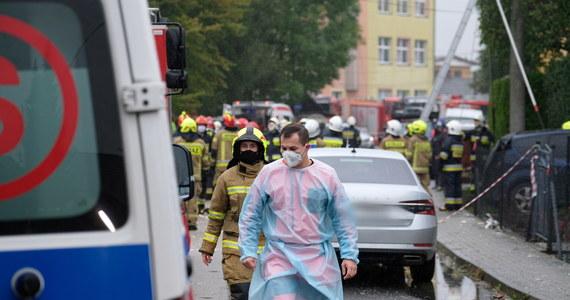 Do wybuchu gazu doszło o poranku w Kobiernicach na Śląsku. Strażacy wyciągnęli spod gruzów 5 żywych osób. Po przeszukaniu częściowo zawalonego domu odnaleźli ciało jednej osoby. Prawdopodobną przyczyną wybuchu było rozszczelnienie instalacji gazowej. Do wybuchu doszło, gdy jeden z mieszkańców zszedł do kotłowni i zapalił światło.
