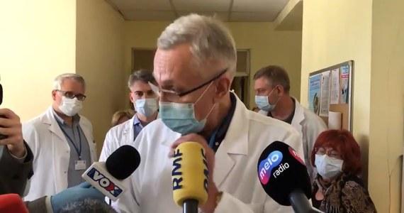 """Przełom w sprawie poznańskiego szpitala MSWiA. Placówka nie zostanie jednak przekształcona w lecznicę wyłącznie dla zakażonych koronawirusem. Po dramatycznych apelach lekarzy i rodzin pacjentów, wojewoda wielkopolski wydał komunikat w tej sprawie. Szpital MSWiA w Poznaniu dostał dziś polecenie nieprzyjmowania pacjentów. Lekarze sami musieliby szukać miejsca w innych placówkach dla ok. 180 pacjentów. """"Nie mamy gdzie ich przekazać (…). Mamy w tej chwili pilnych pacjentów do operacji, krwawiących chorych, którzy nieoperowani będą musieli niestety umrzeć """" – mówił ordynator chirurgii."""