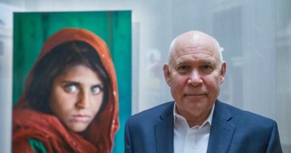 """Kultową fotografię """"Afgańska dziewczyna"""" autorstwa Steve'a McCurry'ego sprzedano za ponad 283 tys. zł. To rekordowa cena i najdroższe zdjęcie zlicytowane na aukcji w Polsce."""