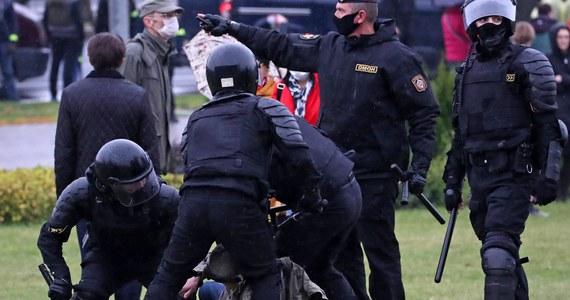 """Jeśli uczestnicy protestów na Białorusi będą stawiać aktywny opór, to siły porządkowe """"humanitarnie użyją broni"""" wobec nic, w tym broni ostrej - zastrzegł szef zarządu ds. walki z przestępczością zorganizowaną MSW Białorusi Mikałaj Karpiankou."""