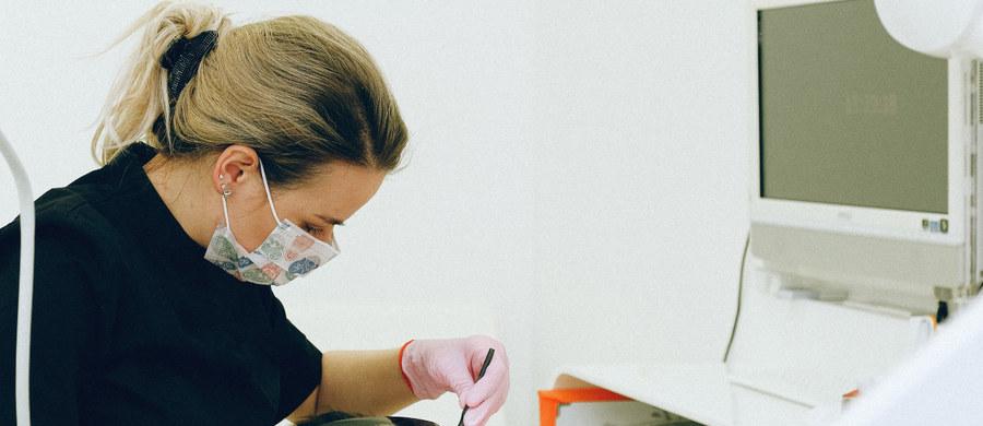 """Chcesz być zdrowy? Nie zapominaj o dbaniu o zęby. Chore mogą być przyczyną sporych problemów """"Wpływ na zdrowie ma także stan naszego uzębienia. Chory ząb może być przyczyną komplikacji podczas zabiegów chirurgicznych, ortopedycznych, czy cięższego przebiegu chorób autoimmunologicznych"""" - tłumaczy endodonta Bartłomiej Karaś."""