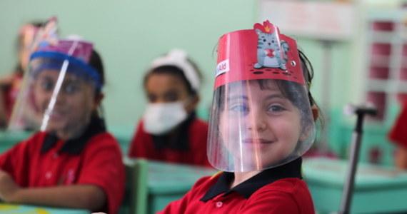 Europa zmaga się z drugą falą pandemii koronawirusa. W Czechach, Irlandii Północnej i włoskiej Kampanii zamknięto wszystkie szkoły. Mimo rosnącej liczby zakażeń, Francja, Niemcy i Włochy chcą uniknąć zamykania placówek, dlatego wprowadzane są w nich dodatkowe środki bezpieczeństwa sanitarnego.