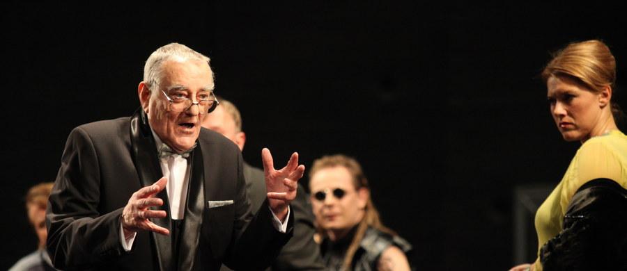 """Zmarł wieloletni aktor Teatru Wybrzeże Ryszard Ronczewski. Artysta miał 90 lat. """"Ze względu na wiek i chorobę płuc należał do grupy podwyższonego ryzyka - dlatego testowe potwierdzenie, że jest zakażony koronawirusem, nie zapowiadało niczego dobrego"""" - poinformował portal miasta Gdańska gdansk.pl."""