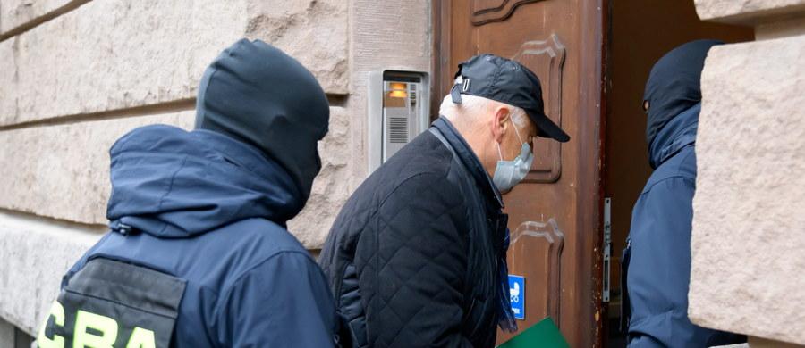 """Poznański sąd nie zdecydował się na tymczasowe aresztowanie biznesmena Ryszarda Krauze i czterech innych podejrzanych w sprawie wyprowadzenia pieniędzy ze spółki Polnord. """"Jestem wolny do dalszych zajęć"""" - powiedział Krauze po wyjściu z gmachu sądu."""