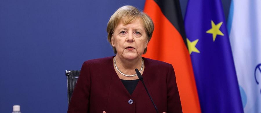 """Kanclerz Angela Merkel wezwała obywateli Niemiec do ograniczenia kontaktów i powstrzymania się od podróżowania. Zrobiła to w wystąpieniu wideo, przekazanym w sobotę przez dziennik """"Bild"""". Jak podkreśliła, to najbliższe dni i tygodnie zdecydują o tym, jak będą wyglądać w Niemczech święta Bożego Narodzenia."""