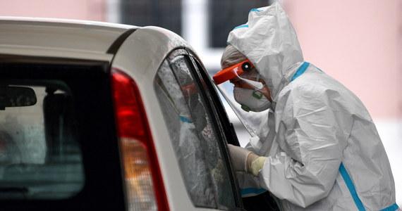 """W literaturze medycznej opisano kilka przypadków ponownej infekcji wirusem SARS-CoV-2. Nie stanowią one jednak obecnie istotnego problemu z epidemiologicznego punktu widzenia - mówi prof. Robert Flisiak. Ostatni przypadek reinfekcji wirusem SARS-CoV-2 został opisany na łamach tygodnika """"Lancet"""" 12 października."""