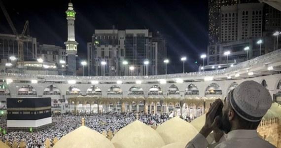 Arabia Saudyjska zgodziła się na odprawianie modlitw w meczecie Al-Masdżid al-Haram w Mekce, najważniejszej świątyni muzułmańskiej - poinformowała państwowa telewizja. To początek drugiej fazy łagodzenia w tym kraju restrykcji, związanych z pandemią koronawirusa.