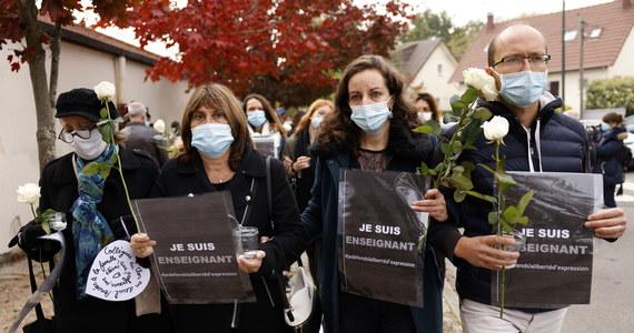 """Na niedzielę planowane są manifestacje w wielu miastach Francji, organizowane przez związki nauczycieli. W sobotę zgromadzenia, potępiające """"akt barbarzyństwa"""", odbyły się w Nicei i Rennes. Nauczyciele w ten sposób chcą oddać hołd swojemu koledze, bestialsko zamordowanemu przez 18-letniego ucznia."""