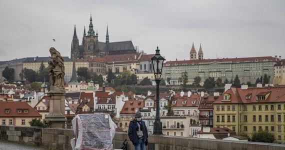 Ministerstwo zdrowia Czech poinformowało w niedzielę. że w ciągu ostatniej doby przybyło 8713 przypadków zakażenia koronawirusem. Jest to najwyższy wzrost w okresach weekendowych, kiedy przeprowadza się mniej testów.