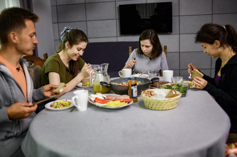 """W piątym odcinku siódmej edycji programu """"Rolnik szuka żony"""" bohaterowie po raz pierwszy obudzą się w domach rolników. Jak wypadnie pierwsze śniadanie, co będą wspólnie robili? Widzowie wszystkiego dowiedzą się już w niedzielę, 18 października, wieczorem w TVP1."""