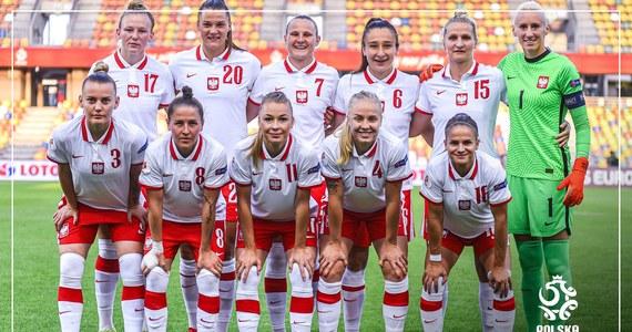 """Kobieca reprezentacja rozpoczyna zgrupowanie przed dwoma meczami eliminacji Mistrzostw Europy. W najbliższy piątek w Warszawie drużyna zagra z Azerbejdżanem. Kilka dni później na wyjeździe z Mołdawią. """"Cel może być tylko jeden: dwa zwycięstwa i sześć punktów""""- mówi w rozmowie z RMF FM Dominika Grabowska – zawodniczka francuskiego klubu FC Fleury 91 opowiedziała także o swoich początkach w zagranicznym klubie i zapewniła, że jej zdaniem naszą kobiecą reprezentację stać na dalszy rozwój."""
