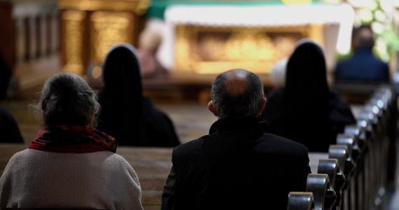 Proboszcz jednej z parafii ks. Franciszek P. został obwiniony o to, że w kościele na mszy świętej w maju jednocześnie przebywało więcej osób, niż wówczas dopuszczały przepisy dotyczące epidemii. W poniedziałek przed Sądem Rejonowym w Leżajsku (Podkarpackie) ma się rozpocząć proces księdza.