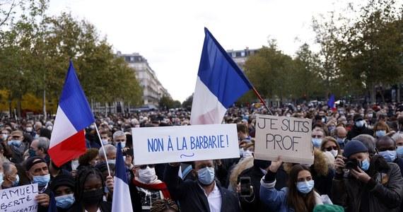 Fala demonstracji przeciwko muzułmańskiemu ekstremizmowi we Francji. Na ulice wyszli mieszkańcy Paryża i wielu innych miast kraju, by wyrazić oburzenie po bestialskim ataku islamskiego terrorysty na nauczyciela jednej z podparyskich szkół podstawowych, który pokazał uczniom karykatury Mahometa. Napastnik odciął mu za to głowę.