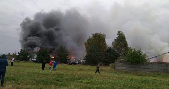 Duży pożar wybuchł w niedzielę w Mysłowicach na Śląsku. Ogień pojawił się w budynku dawnej fermy, w którym mieścił się warsztat samochodowy. Późnym wieczorem pożar został opanowany.