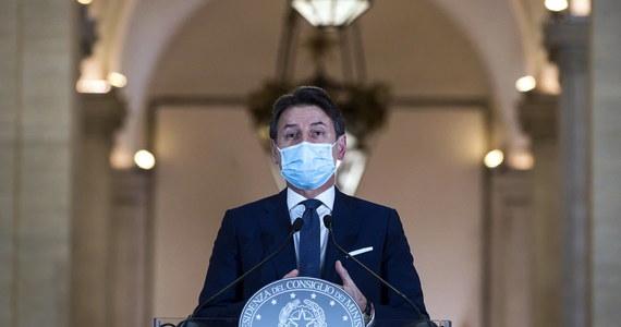 """Przy stole w restauracji nie może siedzieć więcej niż sześć osób, siłownie mają tydzień na wprowadzenie kroków bezpieczeństwa sanitarnego - to postanowienia z nowego dekretu rządu Włoch, przedstawionego w niedzielę wieczorem przez premiera Giuseppe Contego. """"Sytuacja jest krytyczna, ale rząd jest"""" - mówił Conte na konferencji prasowej w Rzymie i apelował do obywateli o przestrzeganie reguł."""