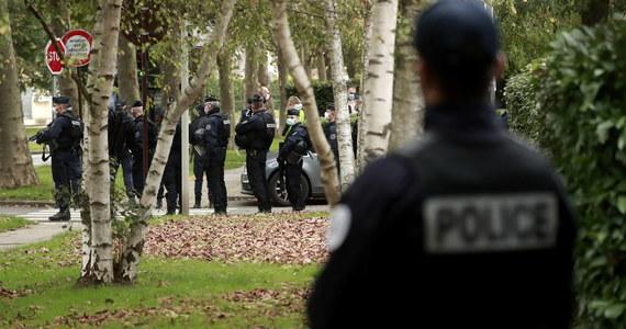 """We Francji trwają operacje policji w ramach walki z islamizmem przeciwko """"kilkudziesięciu osobnikom"""" w związku z dekapitacją w zeszłym tygodniu nauczyciela przez podejrzanego islamistę - powiedział w poniedziałek w radiu Europe 1 szef MSW Gerald Darmanin."""