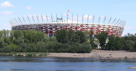 Na Stadionie Narodowym w Warszawie powstaje tymczasowy szpital z 500 łóżkami dla pacjentów zakażonych koronawirusem - i możliwością rozbudowy do tysiąca miejsc. Obiekt na Narodowym nie będzie jedynym takim w kraju: w najbliższym czasie podobne szpitale mają organizować również wojewodowie w innych regionach. Reporterzy RMF FM dotarli do nieoficjalnych informacji o trzech potencjalnych lokalizacjach.