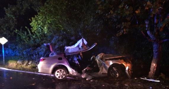 Do tragicznego wypadku doszło w niedzielę wieczorem Rybniku. 21-letni kierowca samochodu, z którym jechały trzy młode kobiety, stracił panowanie nad pojazdem i uderzył w przydrożne drzewo. Zginęła 19-letnia pasażerka bmw.