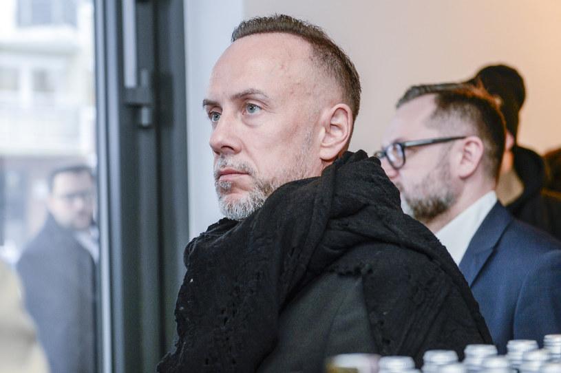 Sąd Rejonowy Warszawa-Mokotów w trybie nakazowym wymierzył znanemu muzykowi Adamowi Nergalowi Darskiemu grzywnę w kwocie 15 tys. zł za obrazę uczuć religijnych. Sąd nakazał mu również pokrycie kosztów sądowych w kwocie blisko 3,5 tys. zł. Muzyk zapowiedział złożenie sprzeciwu, więc odbędzie się proces w tej sprawie.