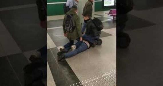 Mężczyzna, którego zatrzymano w warszawskim metrze, usłyszał zarzut naruszenia nietykalności funkcjonariusza. Pasażer był agresywny po tym, jak zwrócono mu uwagę na brak maseczki. Media obiegło nagranie z interwencji, jaką podjął wobec niego nieumundurowany policjant z innym pasażerem.