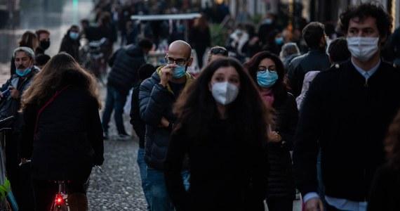 """""""Lombardia poddaje się i wywiesza białą flagę"""" - tak włoski dziennik """"La Repubblica"""" komentuje wniosek władz tego regionu o wprowadzenie godziny policyjnej w związku z dużym wzrostem zakażeń. Według gazety podobną decyzję mogą podjąć inne regiony."""