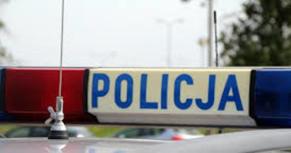 Policjanci szukają kierowcy samochodu, który wczoraj późnym wieczorem w Białymstoku potrącił 9-latka i jego ojca. Chłopiec i mężczyzna są w ciężkim stanie.