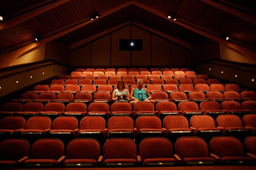 Amerykańska branża kinowa walczy o przetrwanie. Obostrzenia związane z pandemią COVID-19 sprawiły, że miejscowy box-office z tygodnia na tydzień wygląda coraz gorzej. Właściciele kin apelują o wprowadzenie rozwiązań, które uratują ich branżę. Jedną z kluczowych decyzji w tej sprawie może być zezwolenie na otwarcie kin w Nowym Jorku i Los Angeles, które zwyczajowo generowały największe zyski. Gubernator stanu Nowy Jork, Andrew Cuomo, częściowo przychylił się do tych apeli, zezwalając na otwarcie stanowych kin.