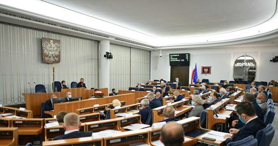 Nie będzie przyspieszonego posiedzenia Senatu ws. ustawy dot. przeciwdziałania sytuacjom kryzysowym w pandemii koronawirusa - dowiedział się dziennikarz RMF FM Patryk Michalski. Oznacza to, że senatorowie zagłosują nad projektem najwcześniej za tydzień. Na razie jednak emocje wzbudza sytuacja w Sejmie, który po przegranym przez PiS głosowaniu wróci do obrad - a więc i prac nad ustawą - dopiero jutro.