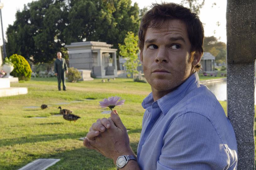"""Bez wątpienia najbardziej zaskakującą wiadomością ubiegłego tygodnia była ta o powrocie na ekrany ukochanego przez widzów serialu """"Dexter"""". Wyemitowany we wrześniu 2013 roku finał jego ósmego sezonu wzbudził niezadowolenie wśród fanów. Został też określony mianem jednego z najgorszych zakończeń serialowych wszech czasów. Showrunner nowego sezonu zapewnia, że naprawi w nim wszystkie popełnione wcześniej błędy."""