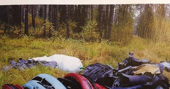 Las pełen samochodowych części. Takiego odkrycia dokonali leśnicy w lasach niedaleko Lublińca. Tych, którzy podrzucili tam odpady, szuka teraz policja.