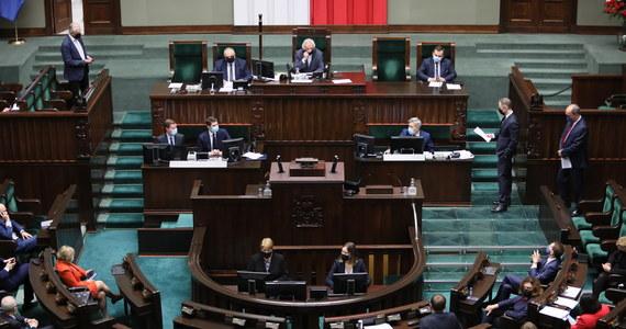 Sejm przegłosował dziś wniosek Koalicji Obywatelskiej o przesunięcie obrad na jutro. Koalicja rządzącą, choć ma większość w niższej izbie parlamentu, poległa w starciu z opozycją. Stało się tak, gdyż 28 posłów klubu było na sali nieobecnych - w tym premier Mateusz Morawiecki i wicepremier Jarosław Kaczyński.
