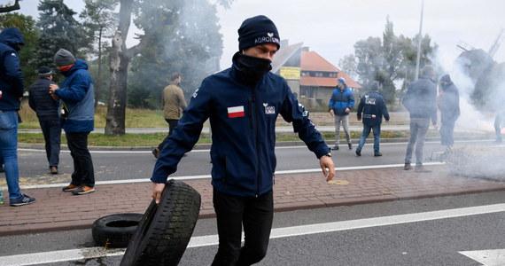 Policja zatrzymała lidera Agrounii Michała Kołodziejczaka podczas protestu. W całej Polsce rolnicy blokują ruch, by wyrazić swój przeciw wobec tzw. piątki dla zwierząt (lub piątki Kaczyńskiego), zakazującej hodowli zwierząt na futra i uboju rytualnego.