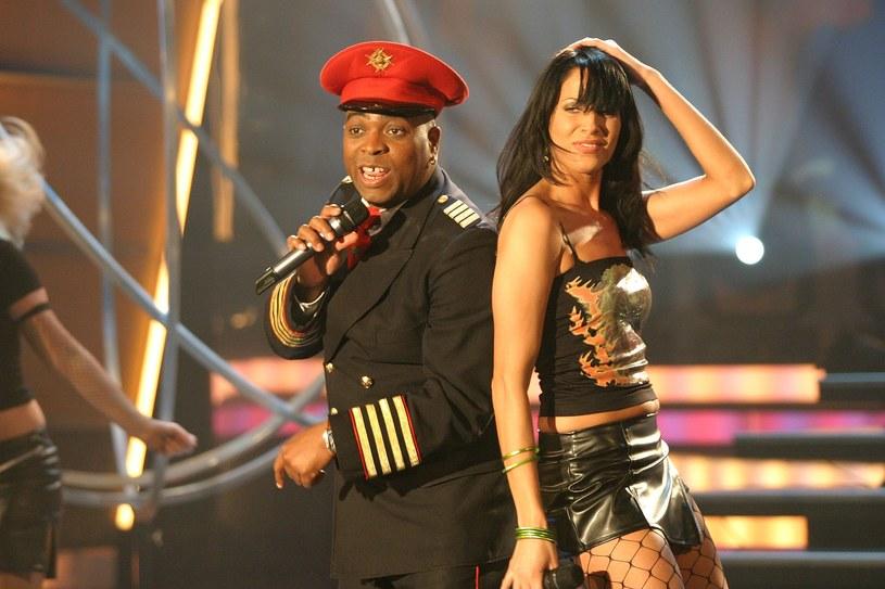 Ciemnoskóry wokalista ubrany w mundur i roznegliżowane kobiety - takimi teledyskami Captain Jack zapisał się w historii muzyki. 22 października przypada 15. rocznica tragicznej śmierci piosenkarza znanego jako Franky Gee.